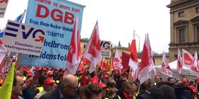 """Demonstration am 9. April 2016 in München - DGB - """"Wir lassen uns nicht spalten!"""" - Gegen den Missbrauch von Werkverträgen und Leiharbeit"""