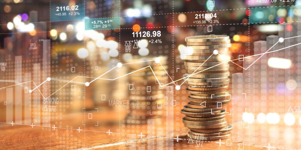 Grafik Aktienkurs mit Zahlen, Kurven und Münzstapel