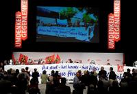 Bühne mit Gewerkschaftern