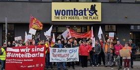 Protest der Gewerkschaft NGG vor dem Wombats City Hostel in Berlin