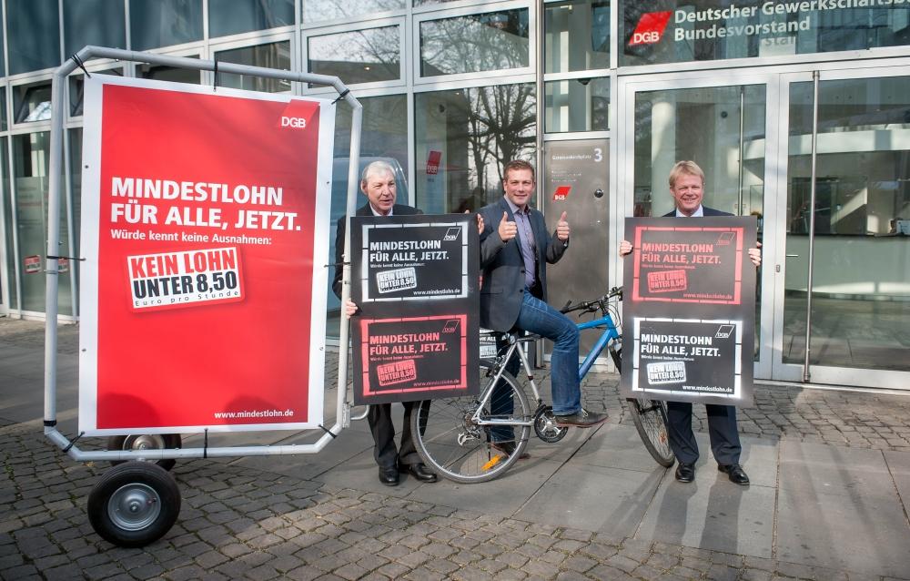 DGB-Vorsitzende Michael Sommer, DGB-Vorstandsmitglied Reiner Hoffmann und DGB-Bundesjugendsekretär Florian Haggenmiller vor dem DGB-Haus