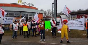 Demonstranten vor einer Filiale von McDonald's