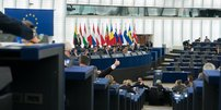 Foto aus den Sitzreigen des Europäischen Parlaments mit Blick auf Rednerpult während Sitzung des Parlaments