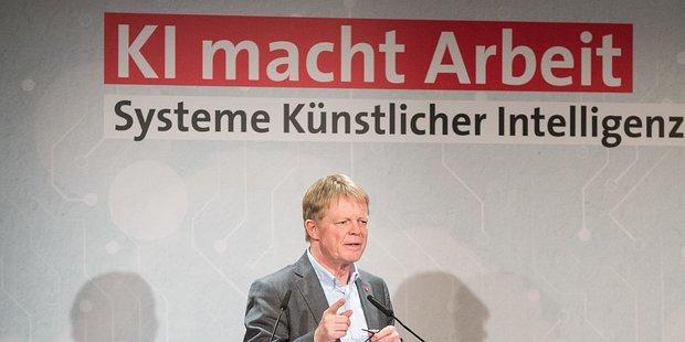 """Der DGB-Vorsitzende Reiner Hoffmann eröffnet die Diskussionsveranstaltung """"KI macht Arbeit"""" am 15.01.2019 in Berlin"""