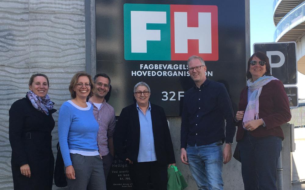 Gruppenbild DGB-Delegation mit Elke Hannack vor dem Gebäude des dänischen Gewerkschaftsbunds