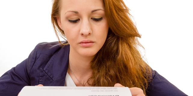Frau mit Papier in der Hand