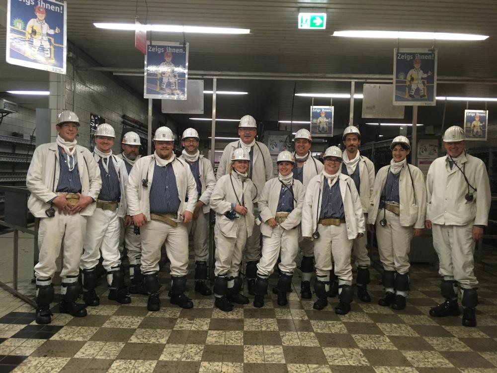 Gruppenfoto Stefan Körzell mit DGB-Team und Bergleuten in Bergmannskluft vor der Einfahrt in die Grube