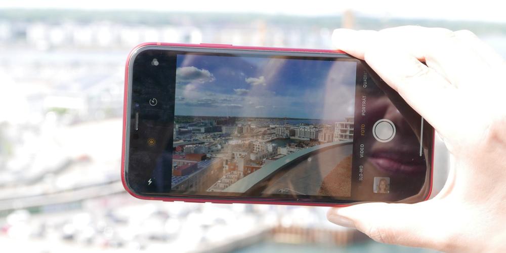 Display eines Smartphones zeigt die Skyline von Kopenhagen