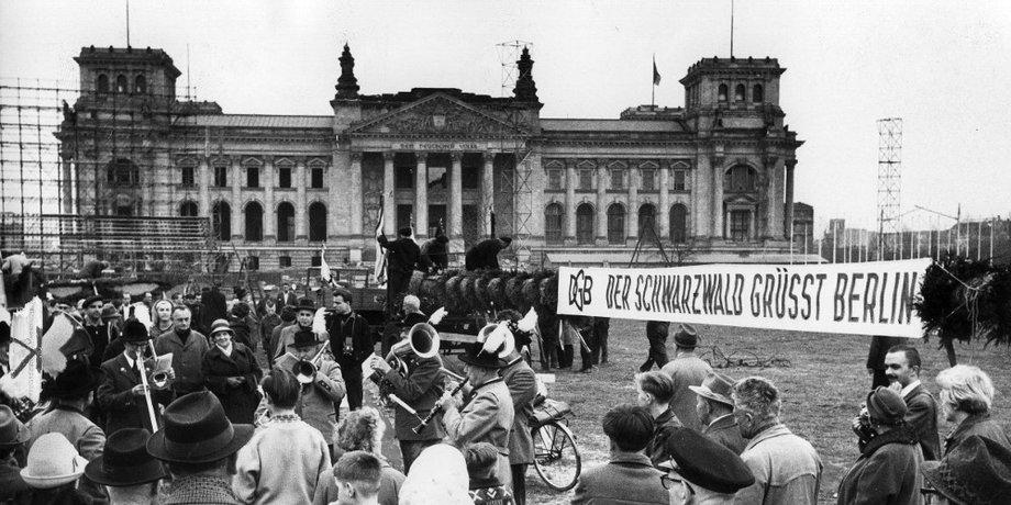 Freiheit kennt keine Mauer. 1. Mai– Kundgebung 1963 vor dem Reichstagsgebäude auf dem Platz der Republik.
