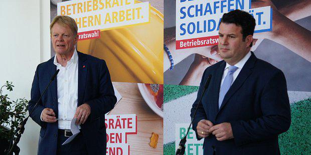 DGB-Vorsitzender Reiner Hoffmann und Bundesarbeitsminister Hubertus Heil hinter Mikrofonständern