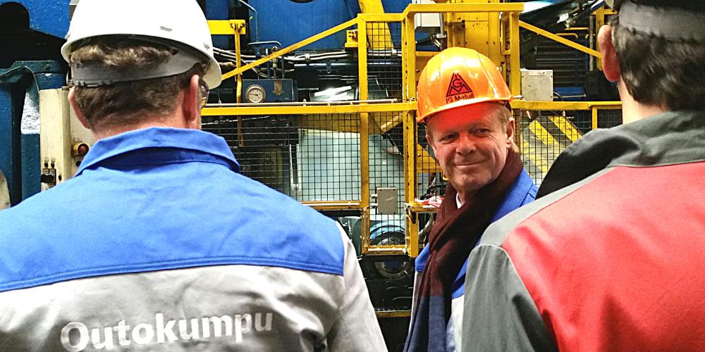 DGB-Vorsitzender Reiner Hoffmann, IG-Metall-Helm, Werksbesuch