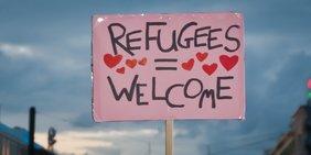 """Protestschild """"Refugees Welcome"""" auf Demonstration für Flüchtlinge"""