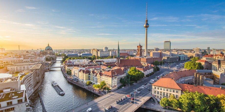 Skyline Berlin mit Spree und Fernsehturm