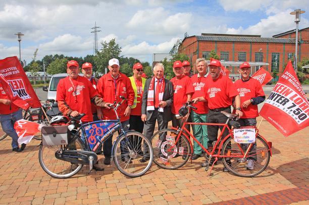 Mindestlohn-Radtour: Teilnehmer in Papenburg