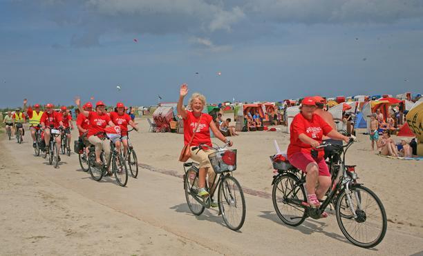 Mindestlohn-Radtour: Radler am Strand von Schilling