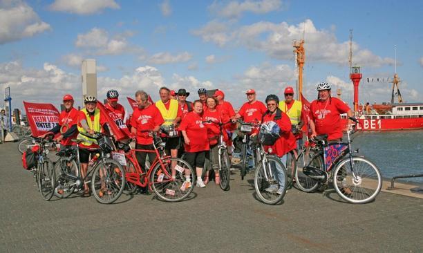 Mindestlohn-Radtour: Die Radler vor dem Feuerschiff Elbe 1 in Cuxhaven