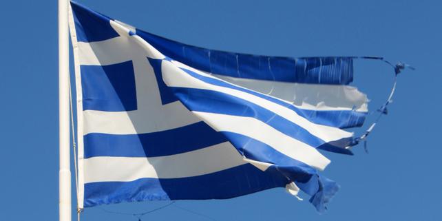 Griechische Fahne an Fahnenmast