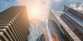 Hochhäuser im Geschäftsviertel im Sonnenschein