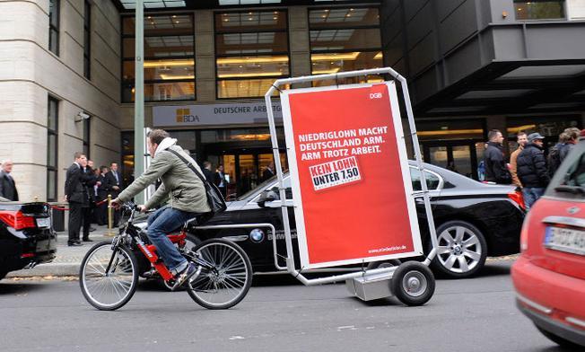 Mindestlohnplakat vor dem Arbeitnehmertag in Berlin