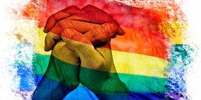 Regenbogenfarben mit zwei verbundenen Händen