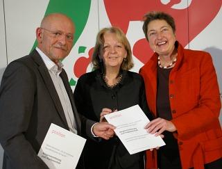 Übergabe der Erklärung Bürgerversicherung statt Kopfpauschale: Professor Rolf Rosenbrock, Hannelore Kraft, Annelie Buntenbach-.
