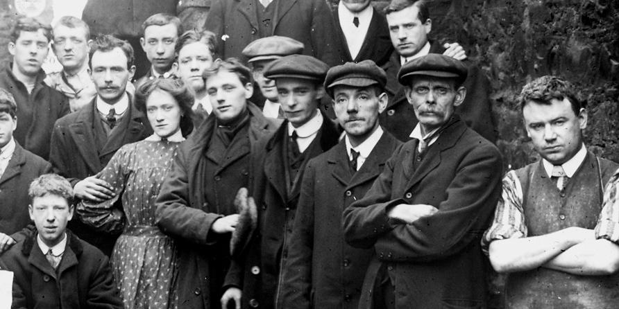 altes Schwarz-Weiß-Foto (Gruppenfoto mit Männern, Frauen, Jugendlichen)