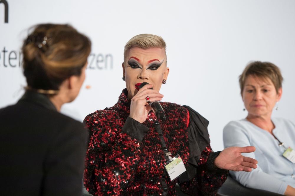 Moderatorin Jutta Neumann, Travestiekünsterlien Veuve Noire, Elke Breitenbach Senatorin für Integration, Arbeit und Soziales Berlin