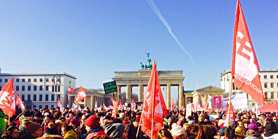Bild einer Menge von Demonstranten vor dem Brandenburger Tor in Berlin