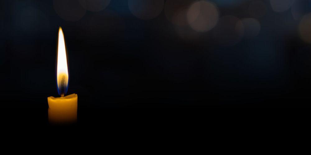 Kerze auf schwarzem Hintergrund