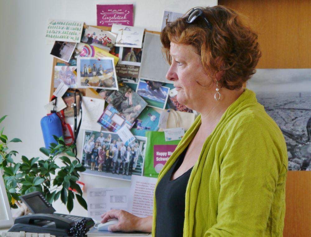 Kerstin Kubisch-Piesk an ihrem Schreibtisch