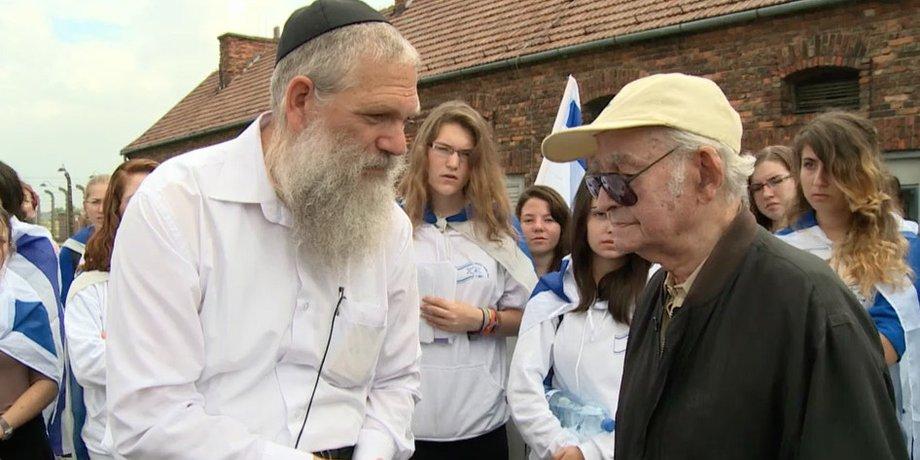 Fremdenführer und Leon Schwarzbaum in Auschwitz
