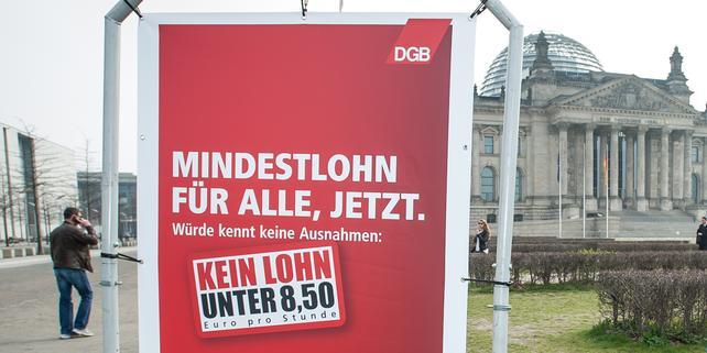 Mindestlohn-Plakat vor Reichstag / Bundestag