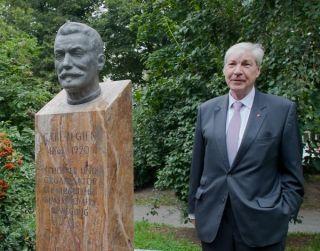 Michael Sommer neben der Büste Carl Legien