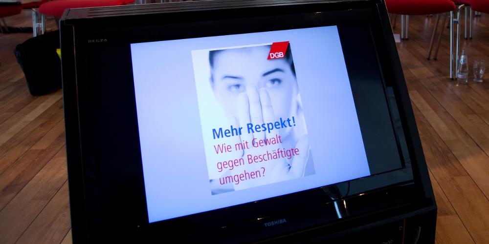 Plakat Mehr Respekt: Wie mit Gewalt gegen Beschäftigte umgehen