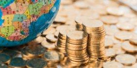 Globus und Geldmünzen