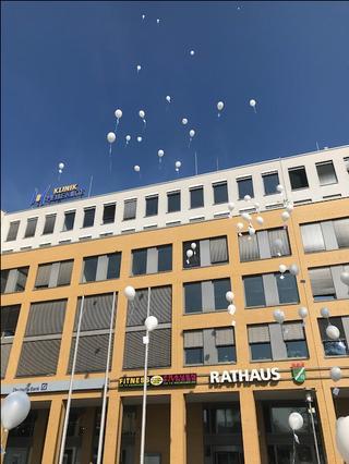 Protestaktion vor Raushaus Marzahn mit weißen Luftballons