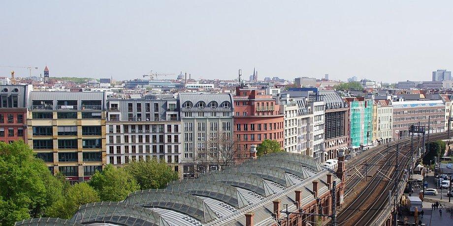 Wohnblöcke am Bahnhof Hackescher Markt in Berlin