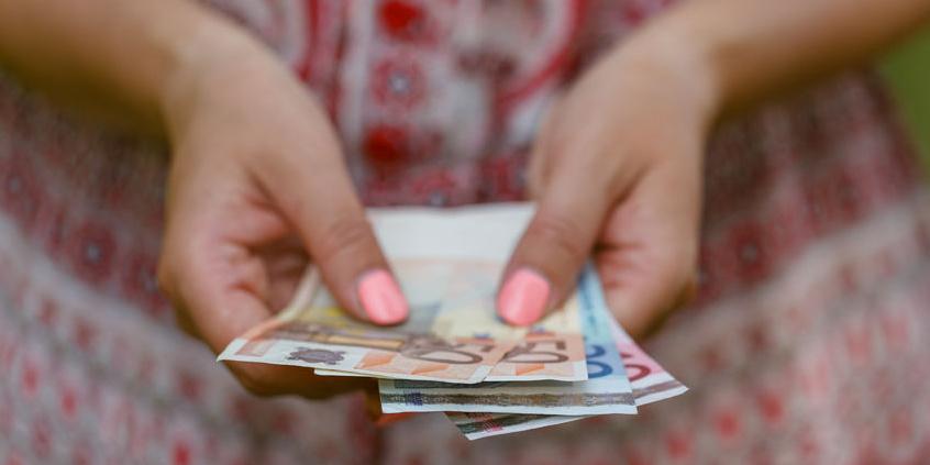 Frauenhände mit Geldscheinen