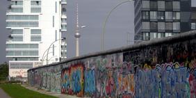 Fernsehturm und Mauer in Berlin