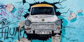 Grafitti East Side Gallery mit Trabi