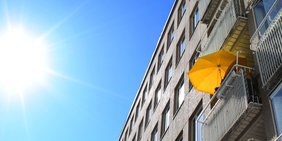 Sonnenschirm auf Balkon, Sonnenschein