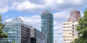 Totale des Potsdamer Platzes in Berlin mit Glasfassaden mehrerer Büro- und Gewerbegebäude