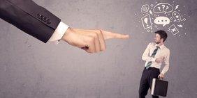 Große Hand bedroht kleinen Geschäftsmann