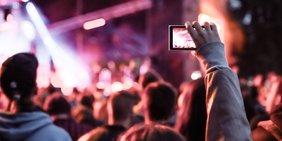 Filmen mit dem Smartphone auf einem Konzert, Menschenmenge