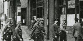 SA-Männer stürmen und besetzen am 2. Mai 1933 in ganz Deutschland die Gewerkschaftshäuser - hier das Berliner Gewerkschaftshaus am Engelufer (schwarz-weiß Foto)