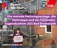 """Gudrun Baum mit """"Hier muss investiert werden""""-Schild vor Jugendzentrum in Bad Bramstedt."""