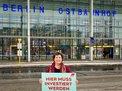 Anja Piel (DGB) vor Ostbahnhof Berlin