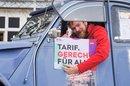 """DGB-Regionsgeschäftsführer Fabian Scheller in der """"Kampagnen-Ente"""" der NGG in Warnemünde."""
