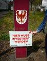 """Arbeitsgericht Eberswalde mit """"Hier muss investiert werden""""-Schild"""