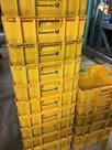 Gestapelte gelbe Postkisten